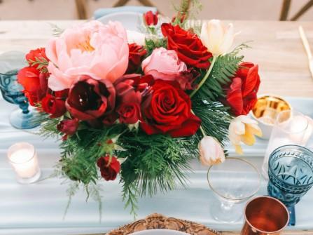 Hoa trang trí bàn tiệc tông màu đỏ kết từ hoa hồng