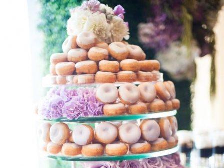 Tháp bánh cưới đẹp và ngon miệng làm từ bánh donut