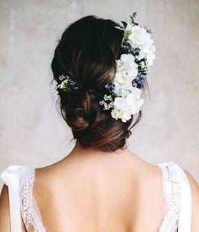 Tóc cô dâu đẹp búi thấp kết hoa trắng duyên dáng