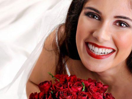 Hàm răng trắng sáng giúp cô dâu thêm đẹp