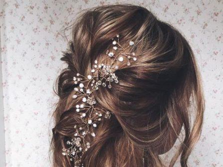 Tóc cô dâu đẹp uốn lọn kết hợp phụ kiện đá tinh tế