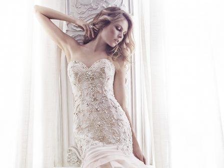 Váy cưới đuôi cá xếp tầng, đính đá sang trọng