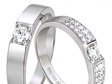 Nhẫn cưới vàng trắng bản vuông đính kim cương cầu kỳ