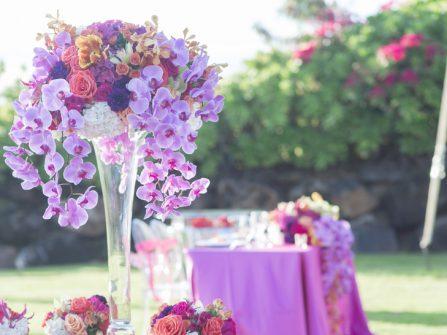 Hoa trang trí bàn tiệc ấn tượng với hoa phong lan tím
