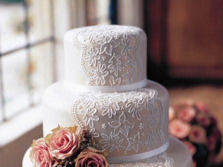 Bánh cưới đẹp màu trắng phối họa tiết ren tinh tế