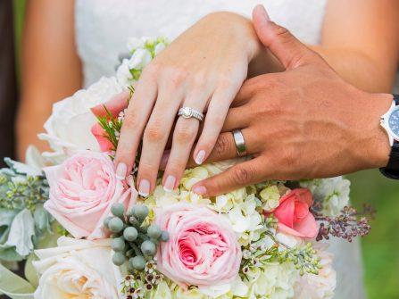 Đeo nhẫn cưới phù hợp với hình dáng ngón tay
