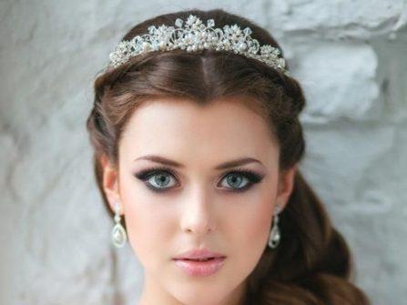 Tóc cô dâu đẹp uốn lọn, thắt bím nửa đầu kết hợp vương miện