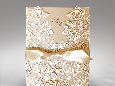 Thiệp cưới đẹp cắt laser họa tiết hoa hồng màu vàng đồng