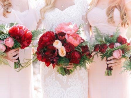 Hoa cưới cầm tay màu đỏ kết từ hoa hồng và mẫu đơn