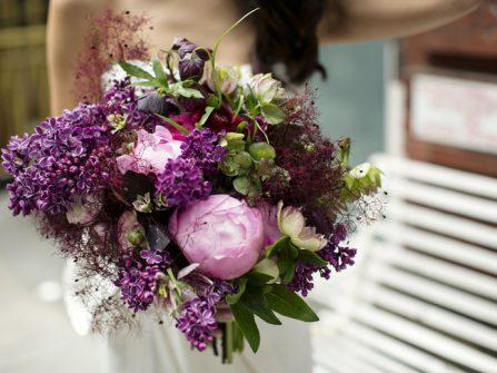 Hoa cầm tay cô dâu kết từ mẫu đơn và hoa tử đinh hương