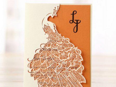 Thiệp cưới đẹp cắt laser họa tiết chim công lộng lẫy
