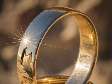 Chụp ảnh cưới độc đáo: Cô dâu chú rể phản chiếu trên đai nhẫn