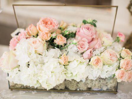 Hoa trang trí bàn tiệc ngọt ngào kết từ cẩm tú cầu và hoa hồng