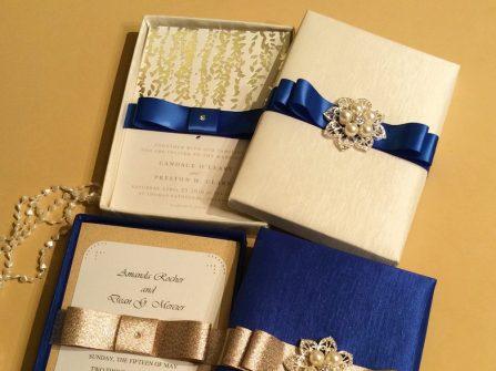 Thiệp cưới đẹp phong cách hoàng gia màu xanh navy và ánh bạc