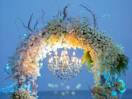 Cổng hoa cưới đẹp lộng lẫy cho đám cưới trên biển