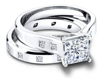 Nhẫn cưới vàng trắng đính đá vuông hiện đại và cá tính