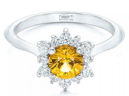 Nhẫn đính hôn đính đá shapphire vàng cho cô dâu mệnh Kim