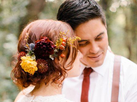 Tóc cô dâu đẹp búi rối kết hoa thược dược phong cách mùa thu