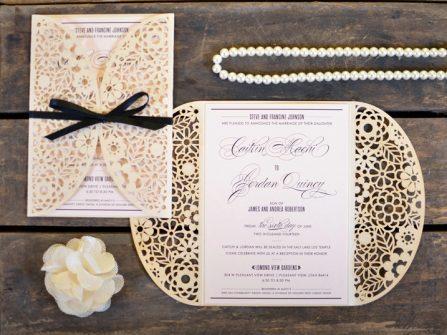 Thiệp cưới đẹp cắt laser họa tiết hoa lá màu trắng kem