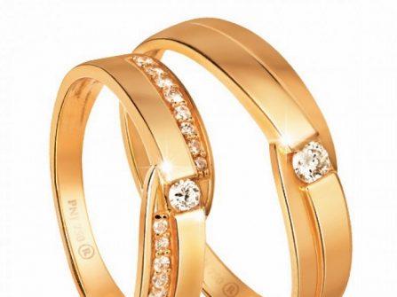 Nhẫn cưới vàng mặt nhẫn đan chéo, đính đá cầu kỳ