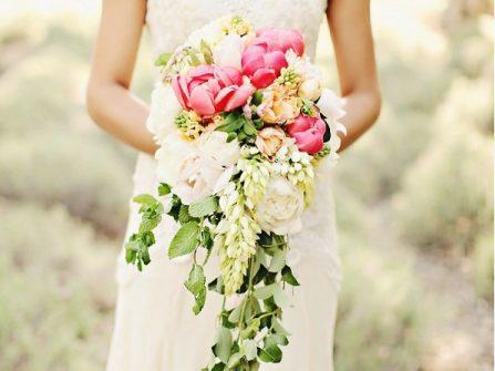 Hoa cầm tay cô dâu dáng thác đổ kết từ hoa mẫu đơn