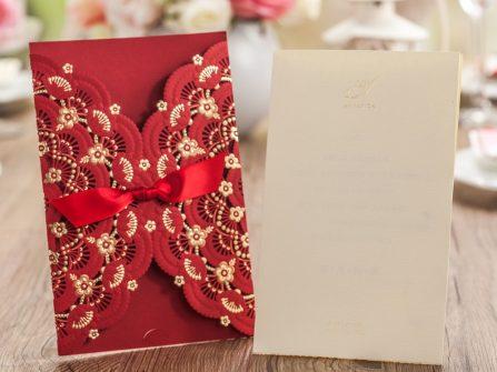 Thiệp cưới đẹp màu đỏ cắt laser họa tiết cầu kỳ, in hoa nổi