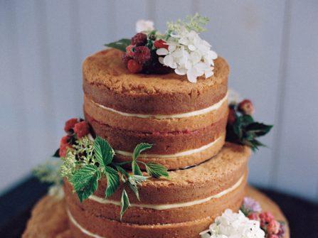 Bánh cưới đẹp phong cách mộc đơn giản, kết hoa tươi