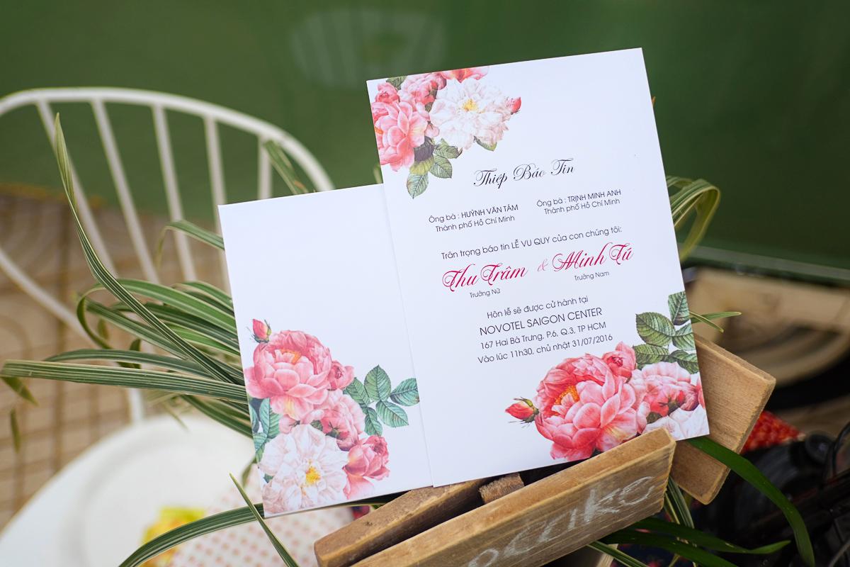 Thiệp cưới đẹp in họa tiết hoa mẫu đơn sang trọng