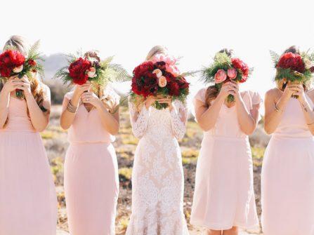 Hoa cầm tay cô dâu màu đỏ nổi bật kết từ hoa mẫu đơn