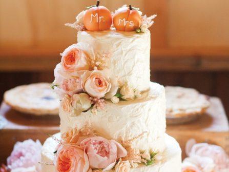 Bánh cưới đẹp màu hồng pastel kết hoa tươi lãng mạn