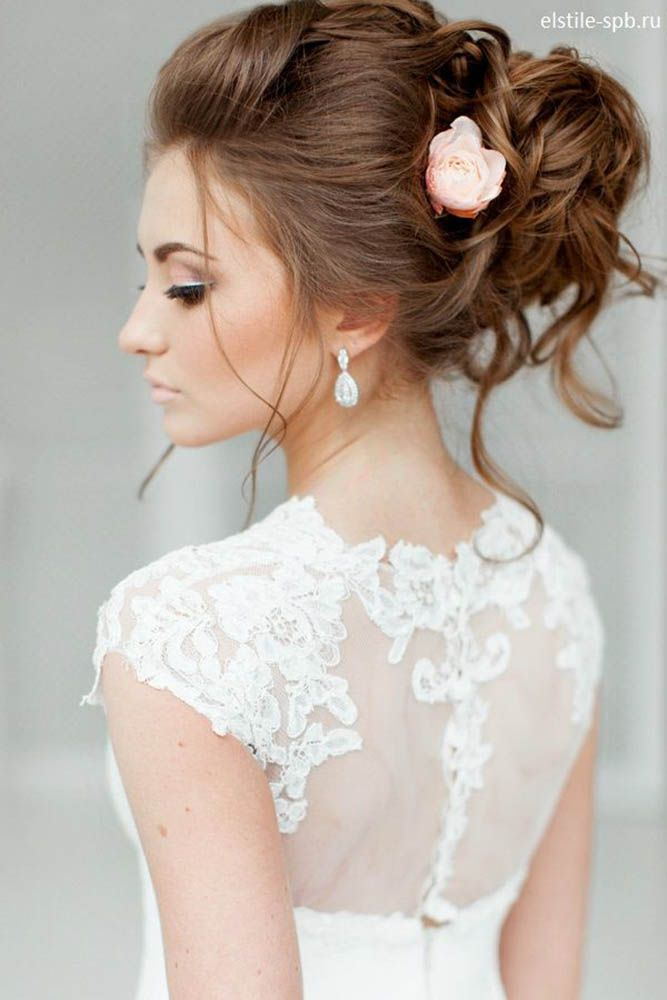 Tóc cô dâu đẹp uốn lọn, bới cao lỏng tay