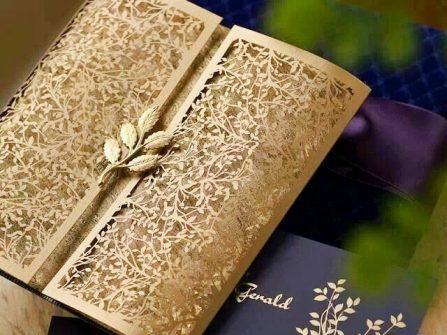 Thiệp cưới đẹp màu vàng ánh kim cắt laser họa tiết lá cầu kỳ