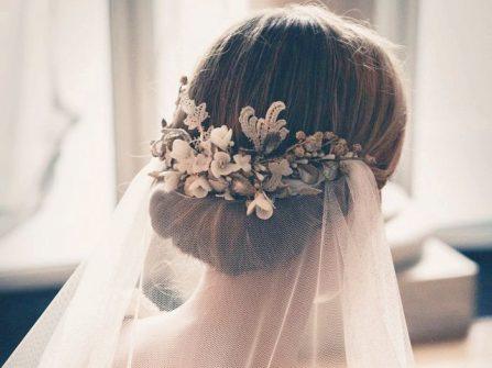 Tóc cô dâu đẹp búi thấp kết hợp lúp voan mềm mại
