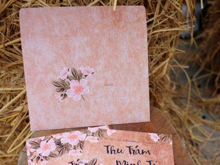 Thiệp cưới đẹp phong cách rustic in họa tiết hoa anh đào