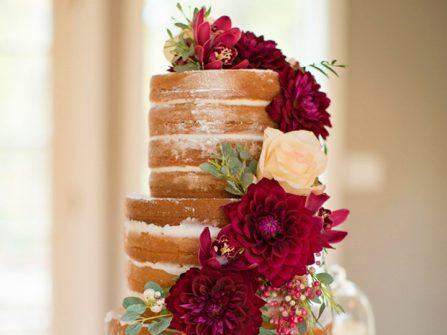 Bánh cưới đẹp mộc mạc trang trí hoa thược dược ấn tượng