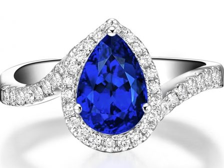 Nhẫn đính hôn vàng trắng đính đá Sapphire cho cô dâu mạng Thủy