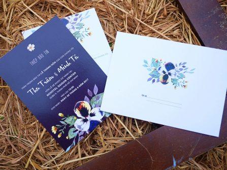 Thiệp cưới đẹp in họa tiết hoa lan tông xanh navy sang trọng