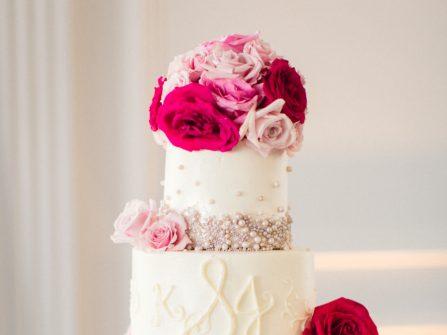 Bánh cưới đẹp màu trắng kết hạt trai và hoa tươi rạng rỡ
