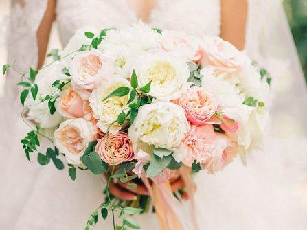 Hoa cầm tay cô dâu trang nhã kết từ hoa hồng Anh quốc