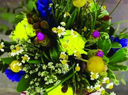 Tự làm bó hoa cầm tay cô dâu xinh lung linh