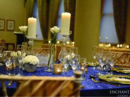 Theme cưới: Vàng ánh kim và xanh navy phối hợp