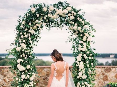 Cổng hoa cưới đẹp kết từ lá xanh, hoa hồng và cẩm tú cầu trắng