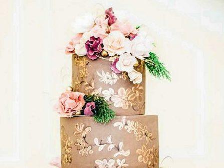 Bánh cưới đẹp vẽ tay họa tiết ánh kim, kết hoa tươi trang nhã