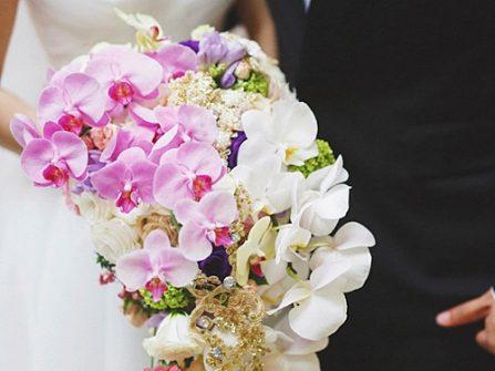 Hoa cầm tay cô dâu dáng thác đổ kết từ hoa phong lan