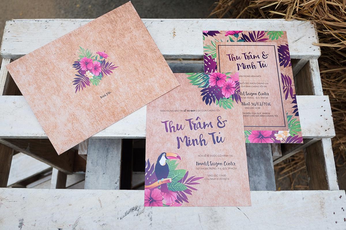 Thiệp cưới đẹp phong cách vintage in họa tiết hoa ấn tượng