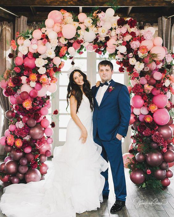 Cổng hoa cưới đẹp phối hoa tươi và bóng bay độc đáo