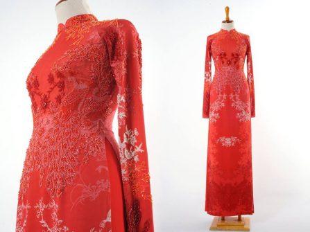 Áo dài cưới đẹp màu đỏ in chìm họa tiết hoa, đính cườm tinh tế