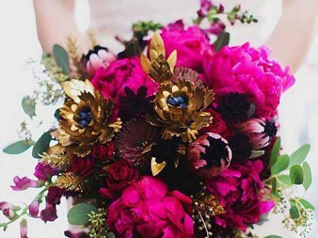 Hoa cầm tay cô dâu màu hồng tím kết hợp hoa kim loại độc đáo