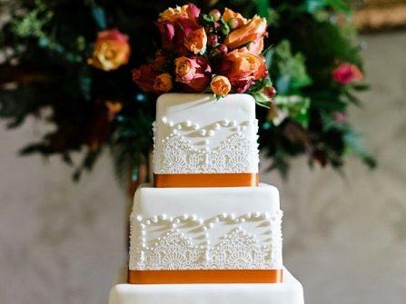 Bánh cưới đẹp hình vuông phối họa tiết ren tinh tế
