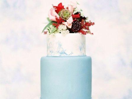 Bánh cưới đẹp màu xanh thanh lịch phủ kem loang màu nước